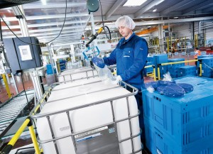 Particular preventive measures on the Cleancert line: Preproduced components, such as screw caps, for instance, are hygienically wrapped until required for final assembly. Staff wear protective clothing in accordance with detailed hygiene regulations.